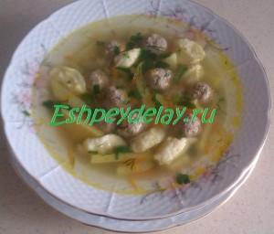 тарелка супа с фрикадельками и клецками