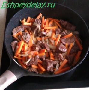 мясо и морковь на сковороде