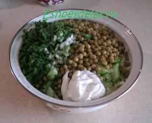 салат из свежей капусты, огурца и зеленого горошка