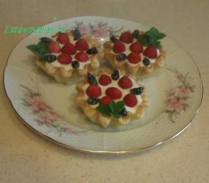 Корзиночки с творожным кремом и ягодой