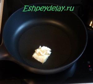 сливочное масло на сковородке