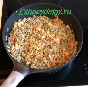чечевица на сковороде