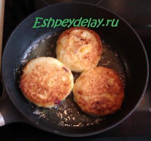 сырники с нектарином на сковороде