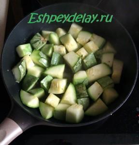 кусочки кабачка жарим на сковороде
