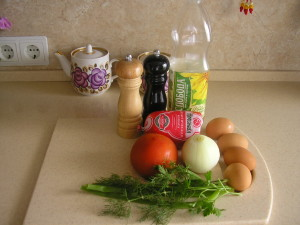 Рецепт яичницы с колбасой и помидорами