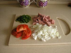 ингридиенты для яичницы с колбасой и помидорами