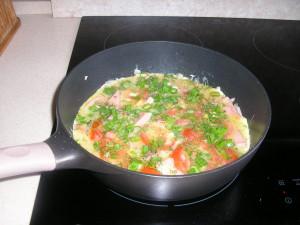 вкусная яичница с колбасой