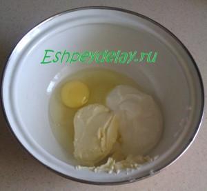 сметана, масло и яйцо в миске