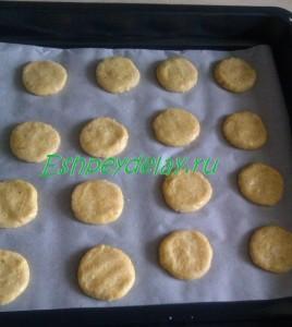 ароматное печенье на листе для запекания