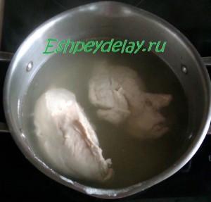 куриные грудки в кастрюле