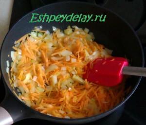 обжаренные лук и морковь на сковороде