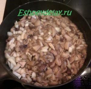 вареные грибы на сковороде