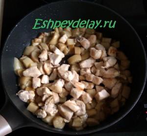 куриная грудка с грибами на сковороде