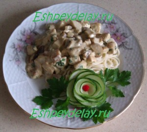 спагетти с курицей с грибами в сливочном соусе