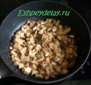 жареные белые грибы на сковороде