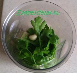 лук чеснок и зелень в блендере