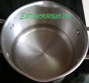 вода для супа в кастрюле