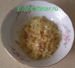 обжаренный лук в тарелке
