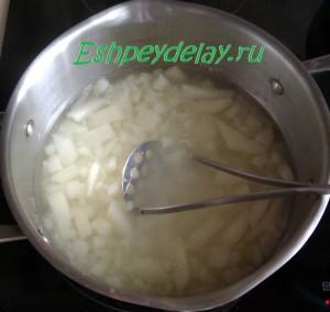 вареная картошка в кастрюле