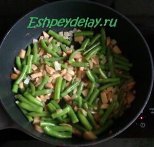 грибы, фасоль и лук на сковороде