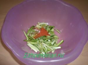 нарезанные огурцы для салата