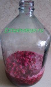 малина с сахаром в бутыле