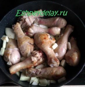 обжаренная курица и лук