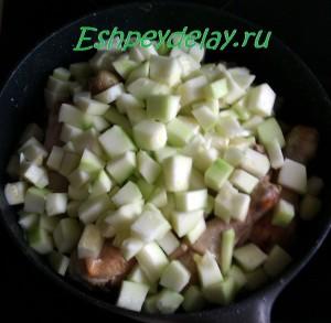 кабачек и курица на сковороде