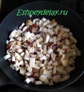 нарезанный белый гриб на сковороде