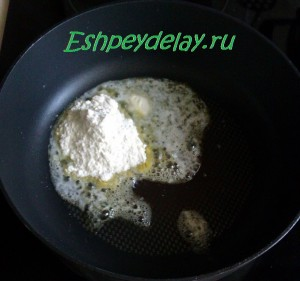 растопленое сливочное масло на сковороде