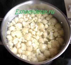 цветная капуста с картошкой в кастрюле