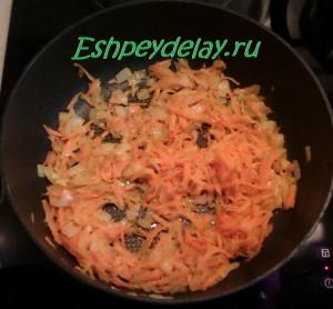 обжаренный лук и морковь