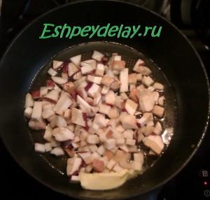 кусочки грибов на сковороде
