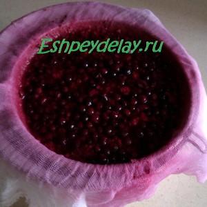 процеживаем ягоду через марлю