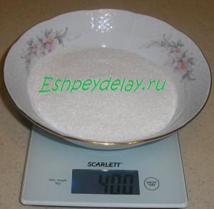 сахар в тарелке на весах