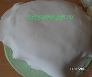 наносим мастику на торт