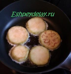 колечки баклажанов жарятся на сковороде