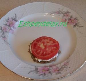 баклажан с помидором и соусом