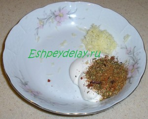 майонез с приправами и чесноков в миске