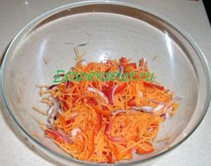 лук, перец и морковь в миске