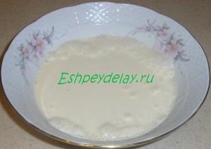сливки в тарелке