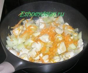 обжаренное мясо, лук и морковь
