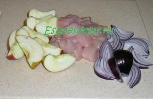 нарезанные куриная грудка, яблоко и лук