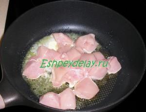куриная грудка жарится на сковороде