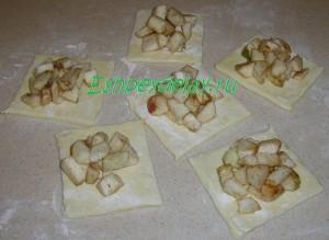 кусочки яблока на слоеном тесте