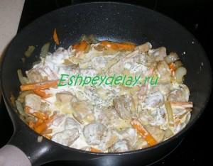 обжаренное мясо с овощами и сметаной