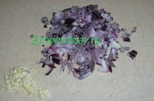 мелко порезанный лук и чеснок