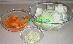 порезанные капуста морковь и чеснок
