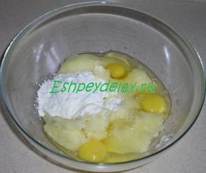 тертые кабачки, мука и яйца