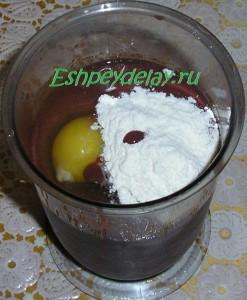 куриная печень, яйцо и мука в блендере